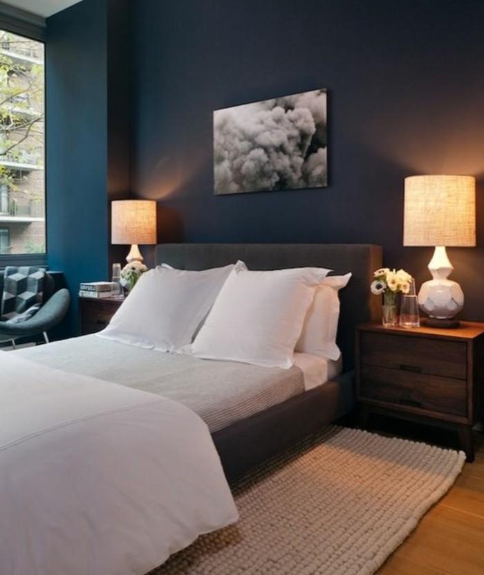 quelle-couleur-pour-une-chambre-murs-en-bleu-fonce-lit-en-blanc-peinture-en-blanc-et-noir