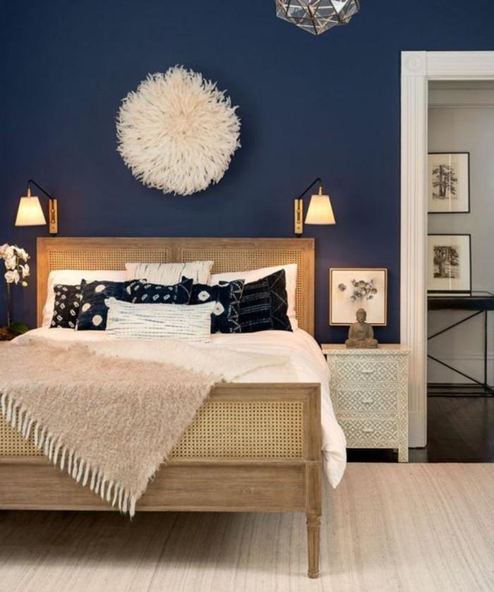 quelle-couleur-pour-une-chambre-murs-en-bleu-fonce-parquet-et-lit-de-bois-accessoires-en-couleurs-chaudes