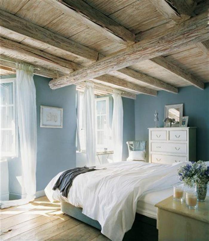 quelle-couleur-pour-une-chambre-plafond-rustique-parquet-de-bois-murs-en-bleu-clair-voiles-et-couvertures-en-blanc
