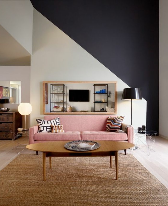 quelle-couleur-pour-une-chambre-tapis-en-rotin-canape-rose-lampe-noire-table-en-bois-design-bas