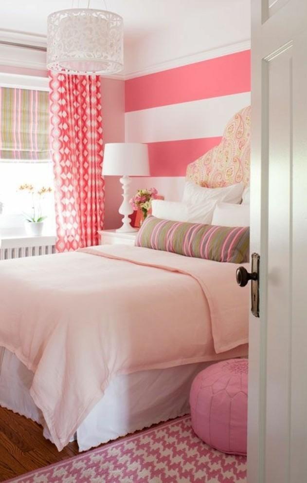 quelle-couleur-pour-une-chambre-tapis-et-rideaux-rectangulaires-pouf-rose-murs-en-blanc-et-rose