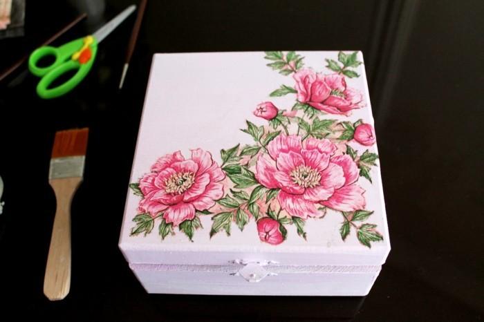resultat-final-jolie-boite-a-bijoux-decore-de-motifs-floraux-en-couleurs-douces-magnifique-idee-collage-de-serviette