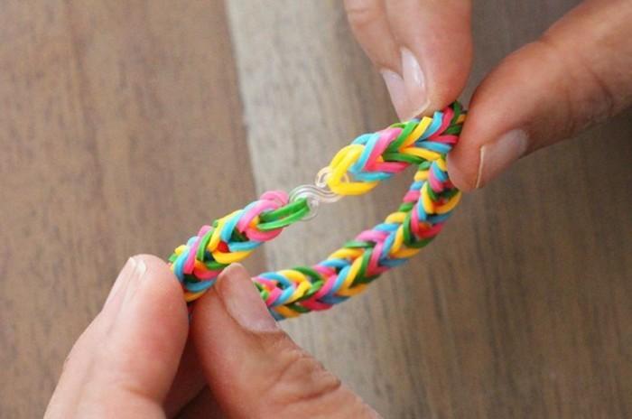 relier-les-deux-bouts-du-bracelet-et-ajouter-un-fermoir-idee-bracelet-elastique-geniale