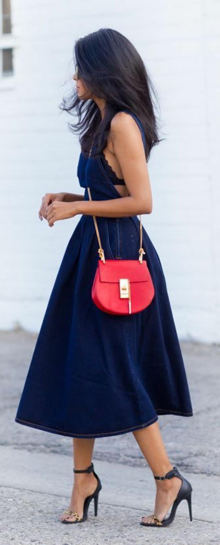 sac-a-main-rouge-petite-robe-velours-femme-comment-porter