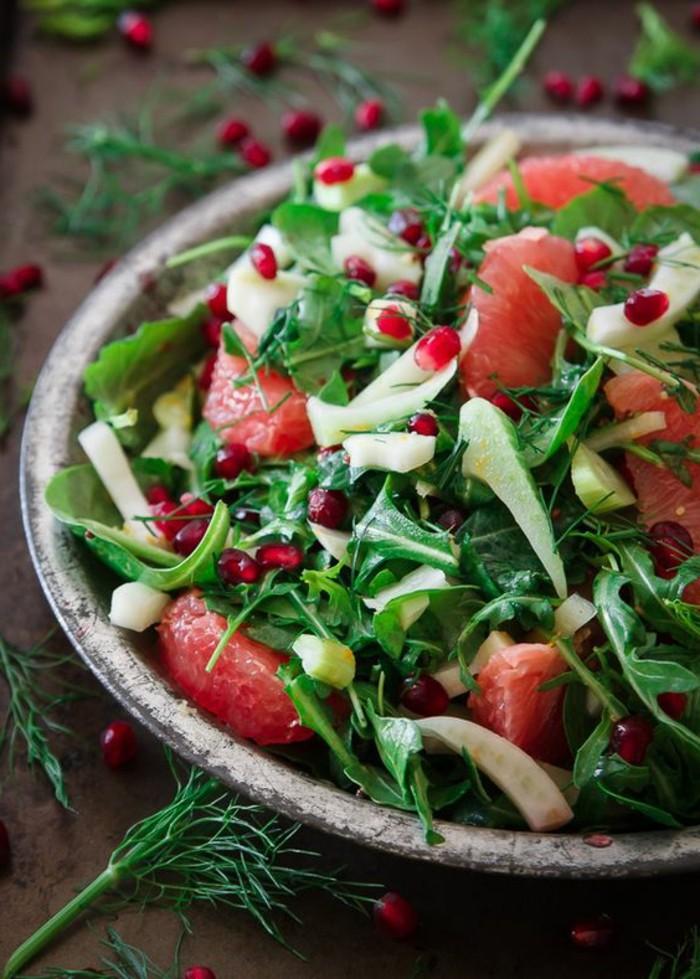 salade-de-pamplemousse-et-dherbes-vertes-plus-grenade