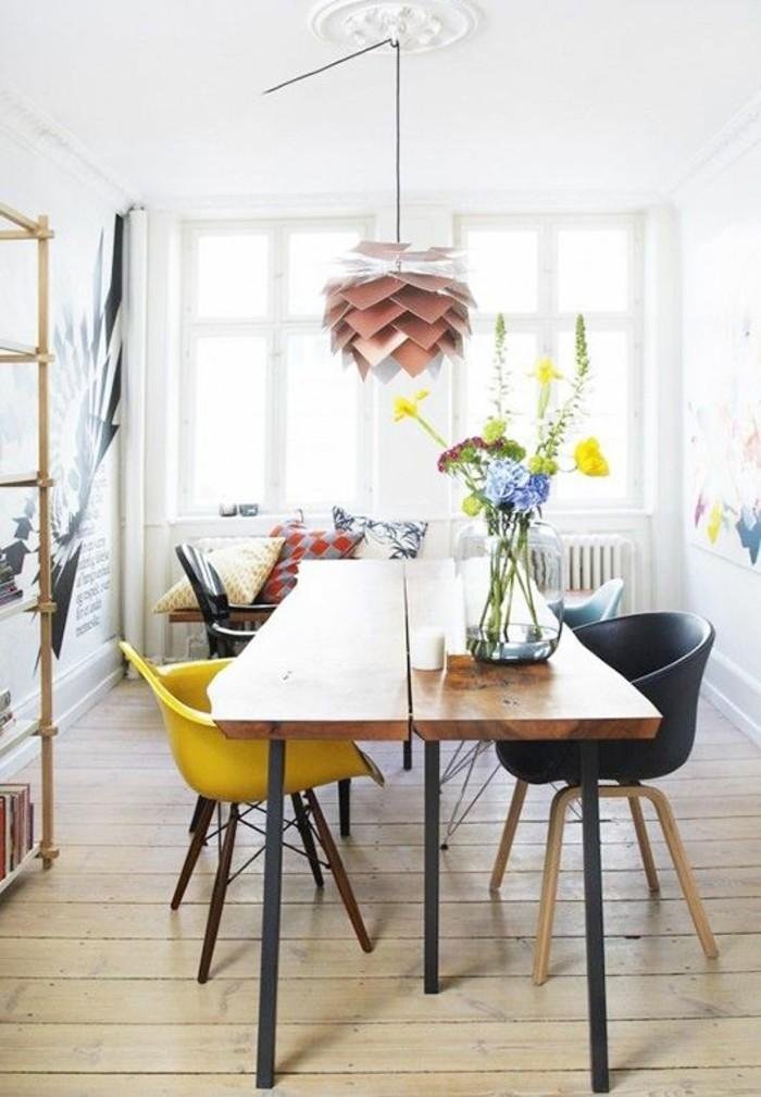 salle-a-manger-chaises-differentes-couleurs-chaise-scandinave-jaune-moutarde-parquet-en-bois-clair