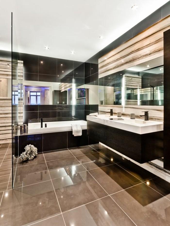 salle-de-bain-beige-ambiance-luxueuse-carreaux-polis-grand-miroir