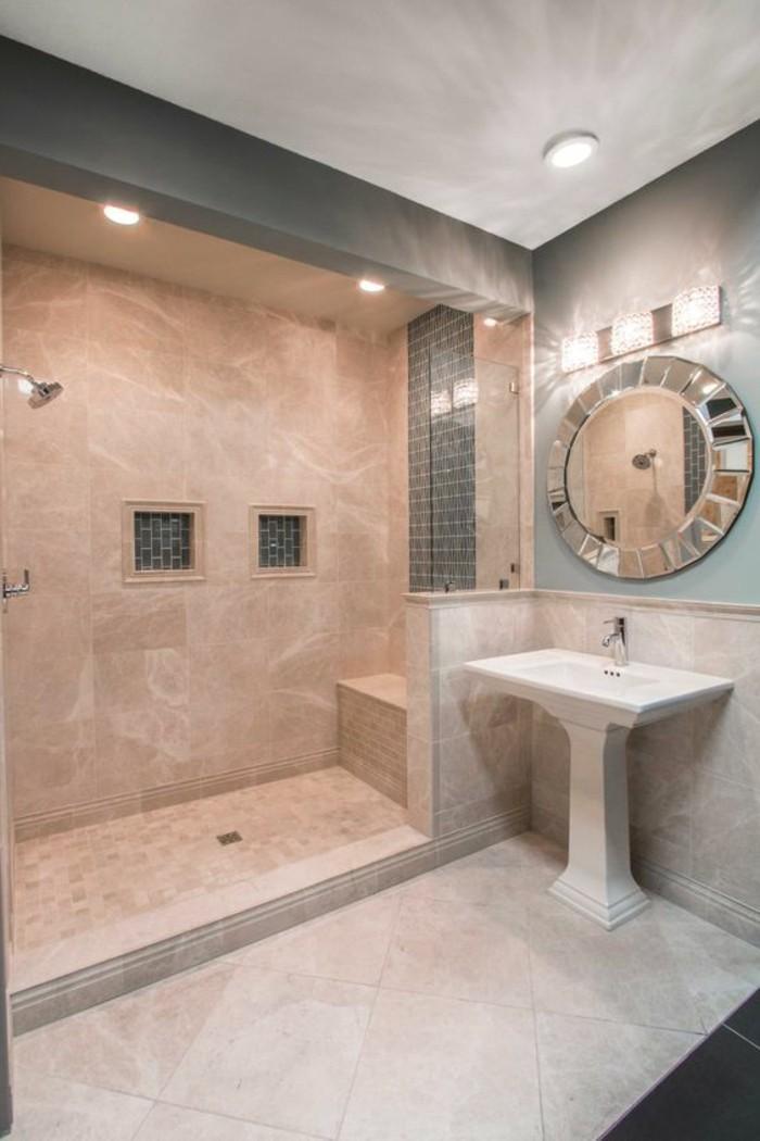 salle-de-bain-beige-miroir-rond-decoratif-lavabo-sur-pied