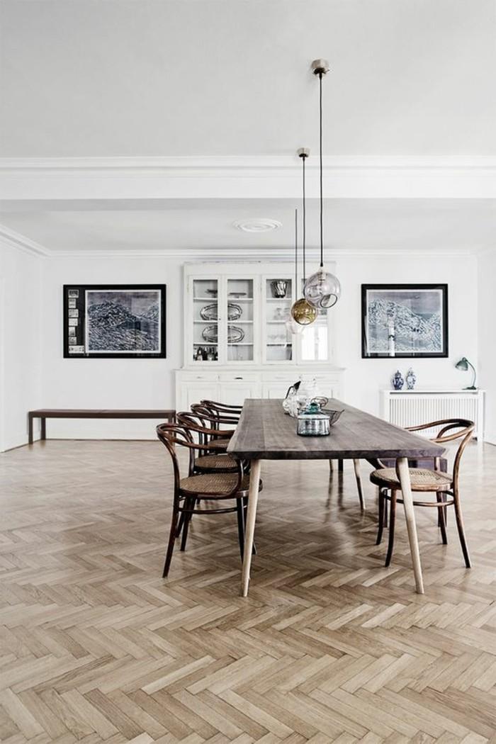 salle-de-sejour-grande-table-en-bois-massif-parquet-clair-murs-blancs-lustre-boule