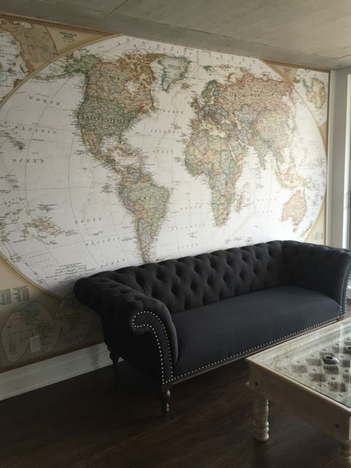 salon-carte-planisphere-vintage-canape-noir