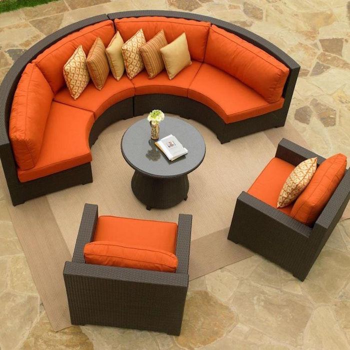 salon-de-jardin-tresse-canape-rond-fauteuils-table-coussin-orange