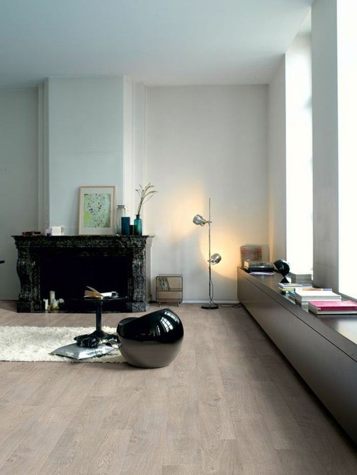 salon-moderne-tabouret-basse-noir-tapis-blanc-murs-blancs-idee-amenagement-salon