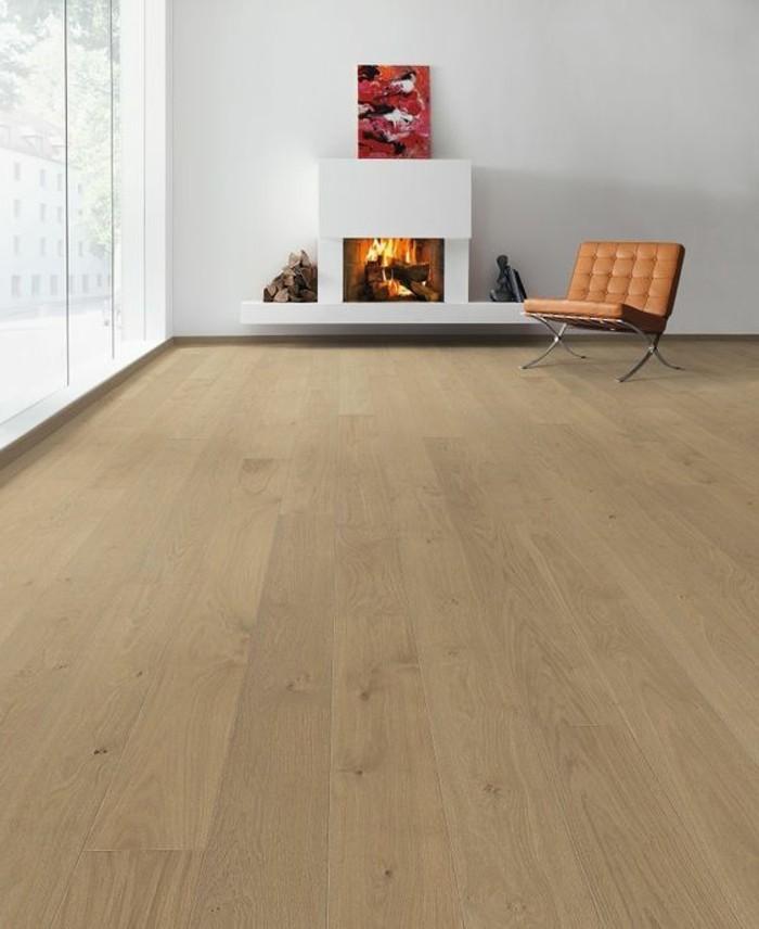 salon-murs-blancs-sol-bois-clair-chaise-cuir-marron-cheminee-interieur-idee-deco
