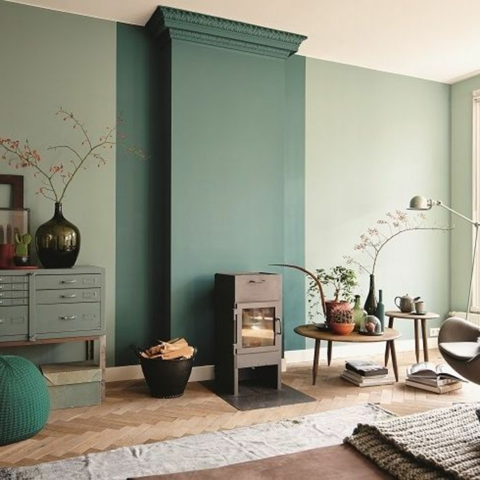 salon-murs-couleur-vert-fonce-sol-en-parquet-clair-tapis-beige-idee-deco-salon
