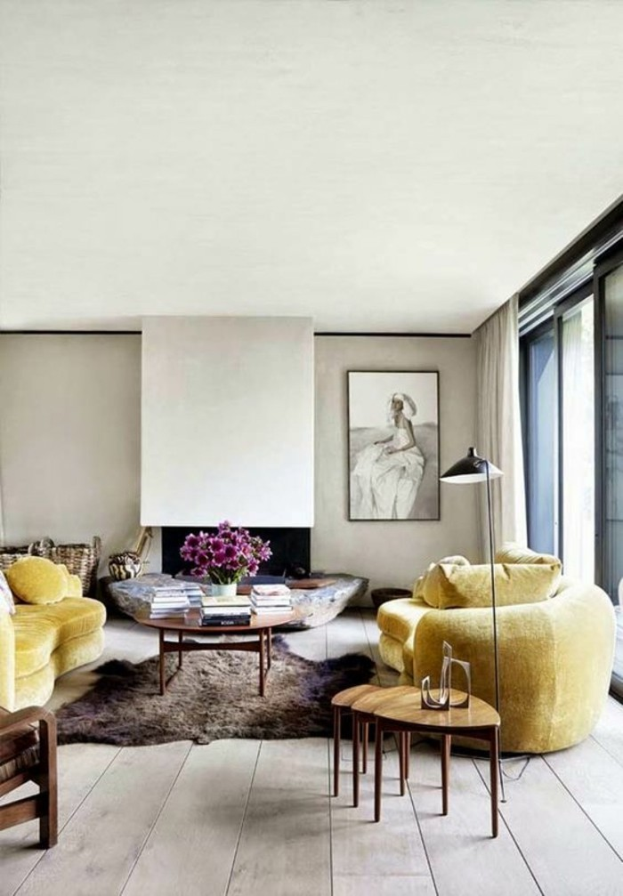 salon-spacieux-aux-couleurs-neutres-deux-canapes-couleur-moutarde