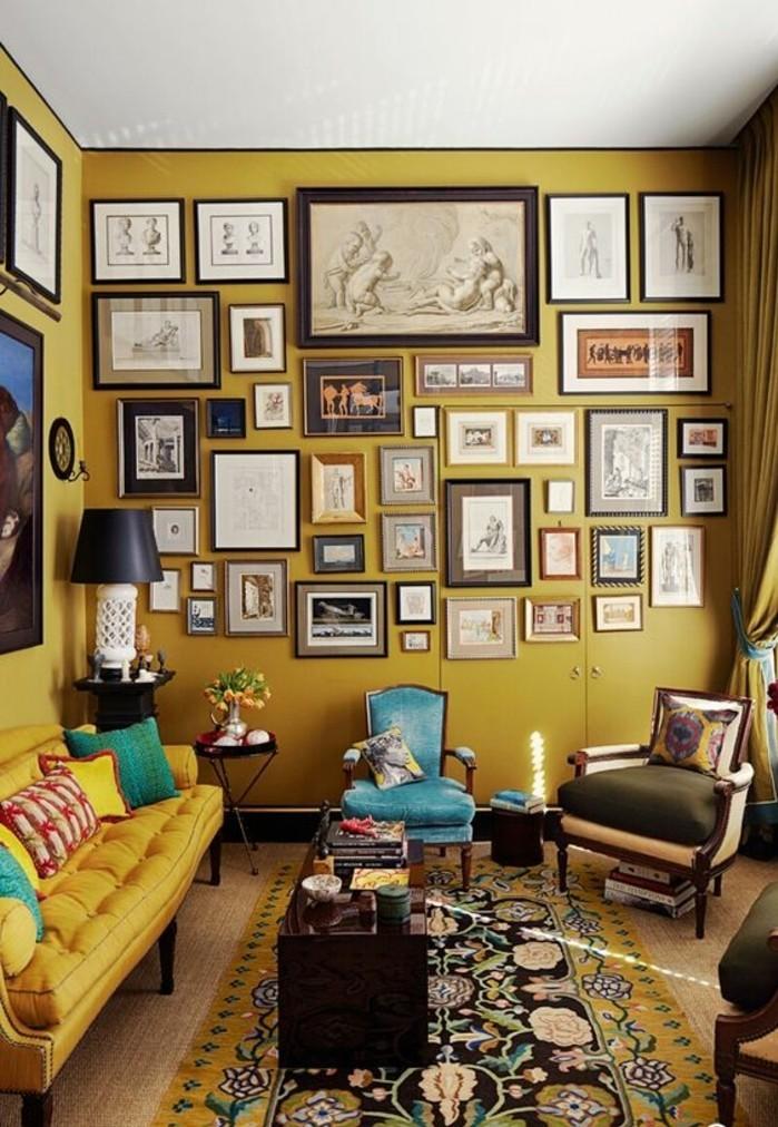salon-style-eclectique-mur-de-cadres-mur-jaune-moutarde