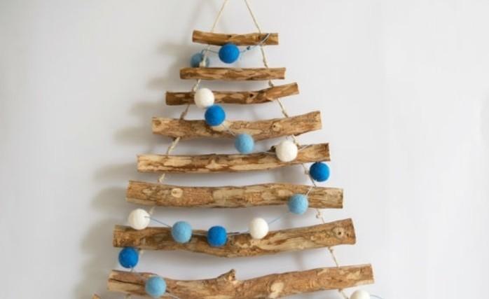 sapin-de-noel-design-bois-clair-et-boules-de-noel-en-tissu-blanc-et-bleu