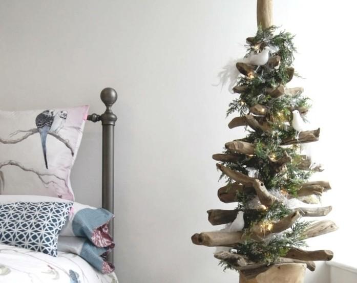 sapin-de-noel-design-rustique-dans-une-chambre-a-coucher-suggestion-en-bois-flotte-joliment-decore