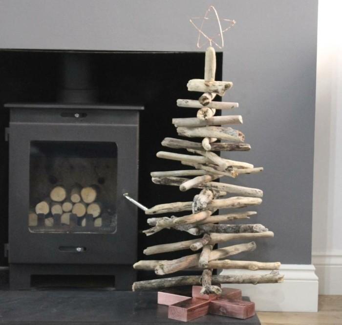 sapin-de-noel-en-bois-magnifique-branches-de-bois-claires-avec-une-etoile-sur-la-pointe