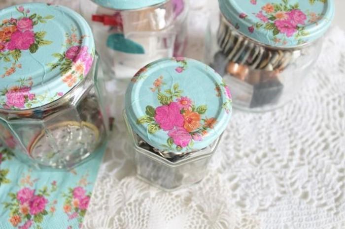serviettage-realise-sur-les-couvercle-de-pots-en-verre-jolis-motifs-floraux
