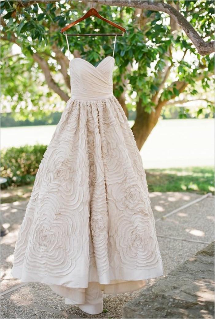 simple-et-elegate-robe-de-mariage-beaute-roses