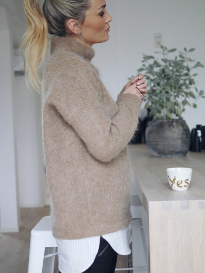 slim-en-cuir-chemise-blanche-et-pull-col-roule-femme-camel