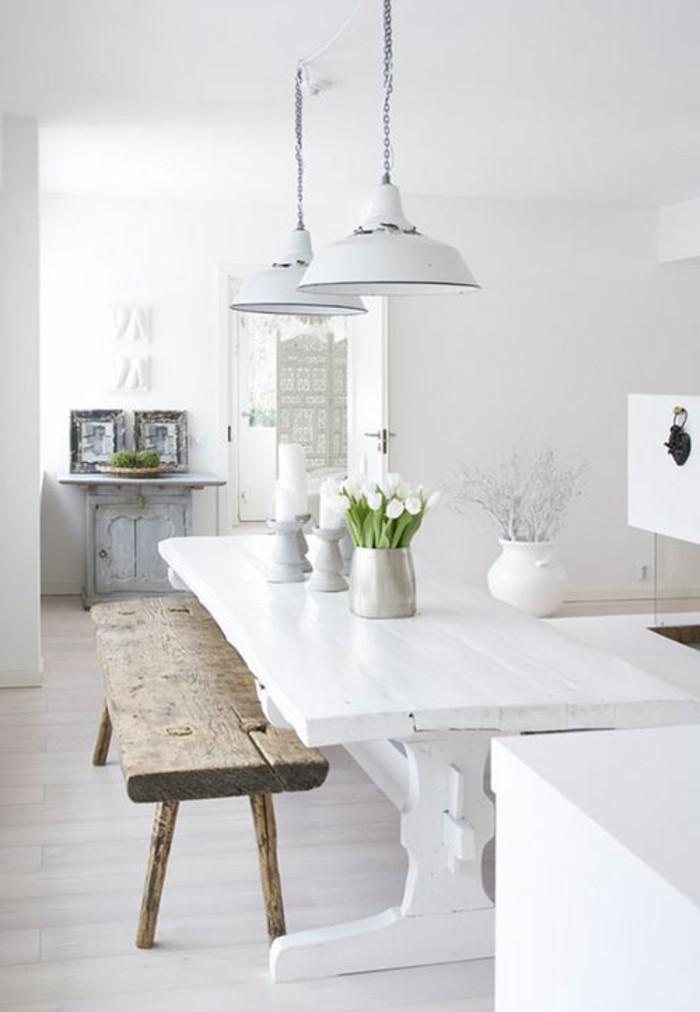 sol-en-parquet-clair-table-blanche-en-bois-fleurs-sur-la-table-interieur-blanc-tulipes-blancs