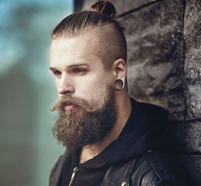 style-hipster-coupe-cheveux-longs-barbe-undercut-piercings-chignon