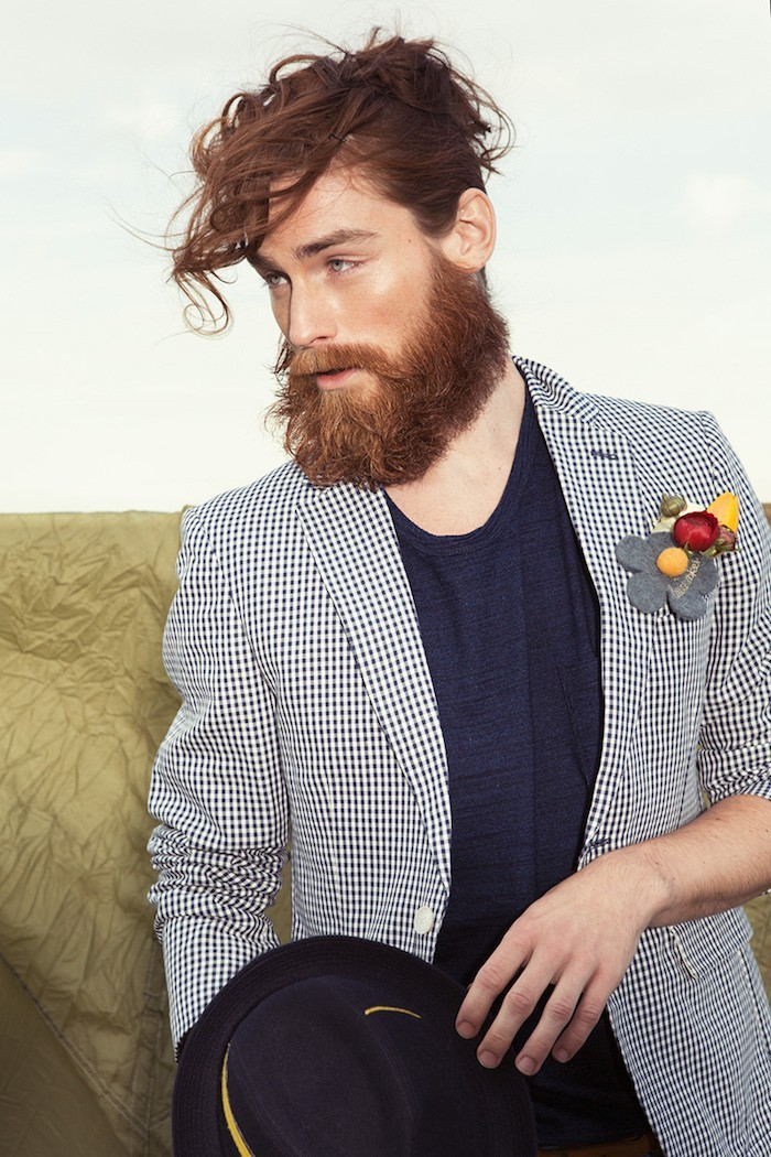 style-hipster-homme-coupe-cheveux-boucles-barbe-longue-chemise-carreaux-vetement-vintage