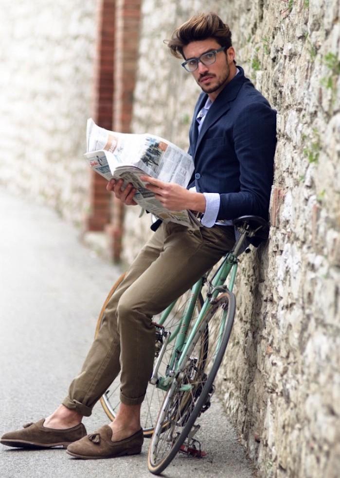 style-homme-look-hipster-vintage-jean-slim-ourlets-coupe-de-cheveux-homme-court-sur-les-cotes-long-dessus-lunettes-carrees