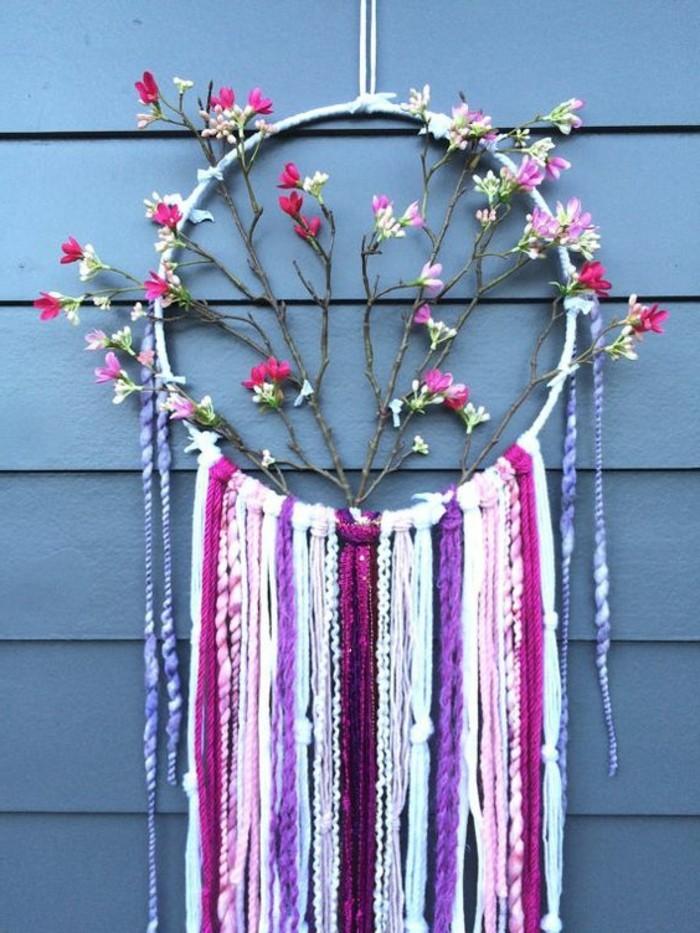 superbe-exemple-d-attrape-reve-decore-de-fleurs-et-de-fils-de-lin-de-couleurs-douces