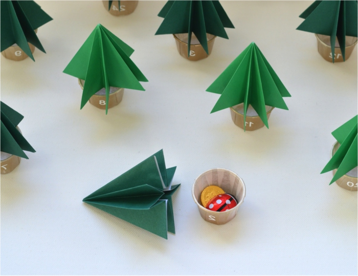 superbe-idee-diy-pour-fabriquer-un-calendrier-de-l-avent-petits-arbres-de-noel-en-papier-vert