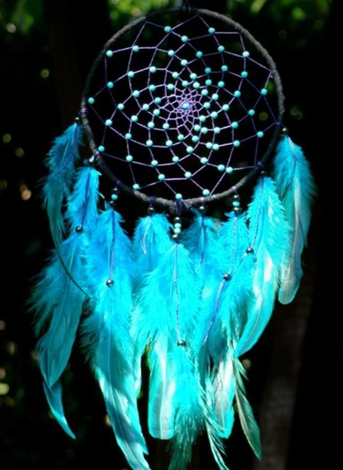 superbe-modele-d-attrape-reve-en-bleu-plumes-et-jolies-perles-bleues