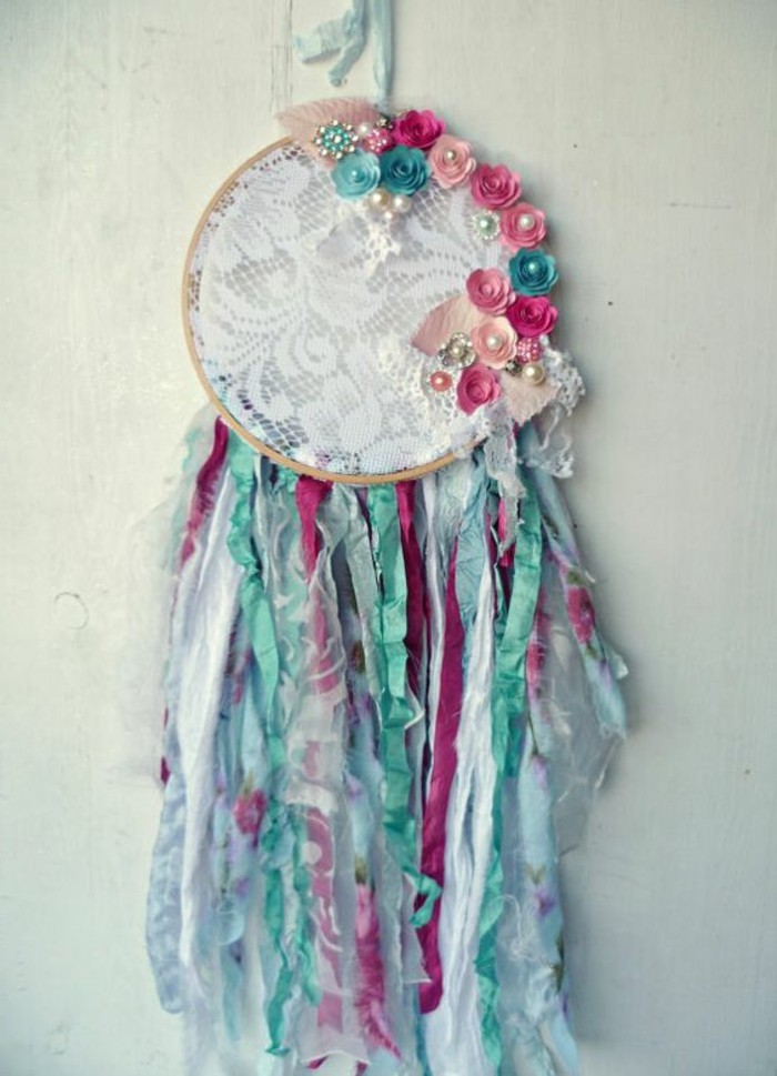 superbe-modele-tres-chic-d-attrape-reve-toile-en-dentelleie-perles-et-fleurs-decoratifs-rêve-dreamcatcher