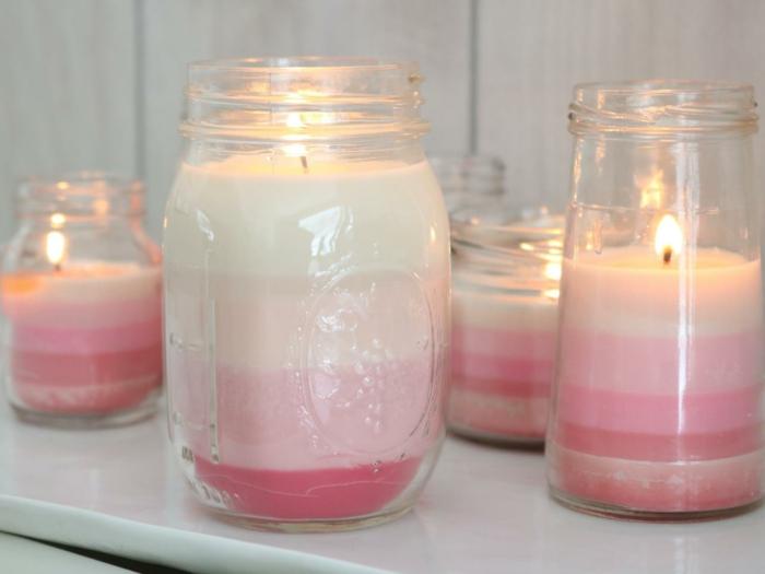 superbes-bougies-differentes-nuances-du-rose-et-du-blanc-couches-de-cire-de-couleurs-differentes