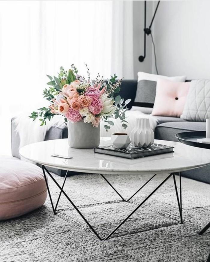 table-basse-en-marbre-blanc-table-ronde-pieds-en-acier-noir-pietement-geometrique