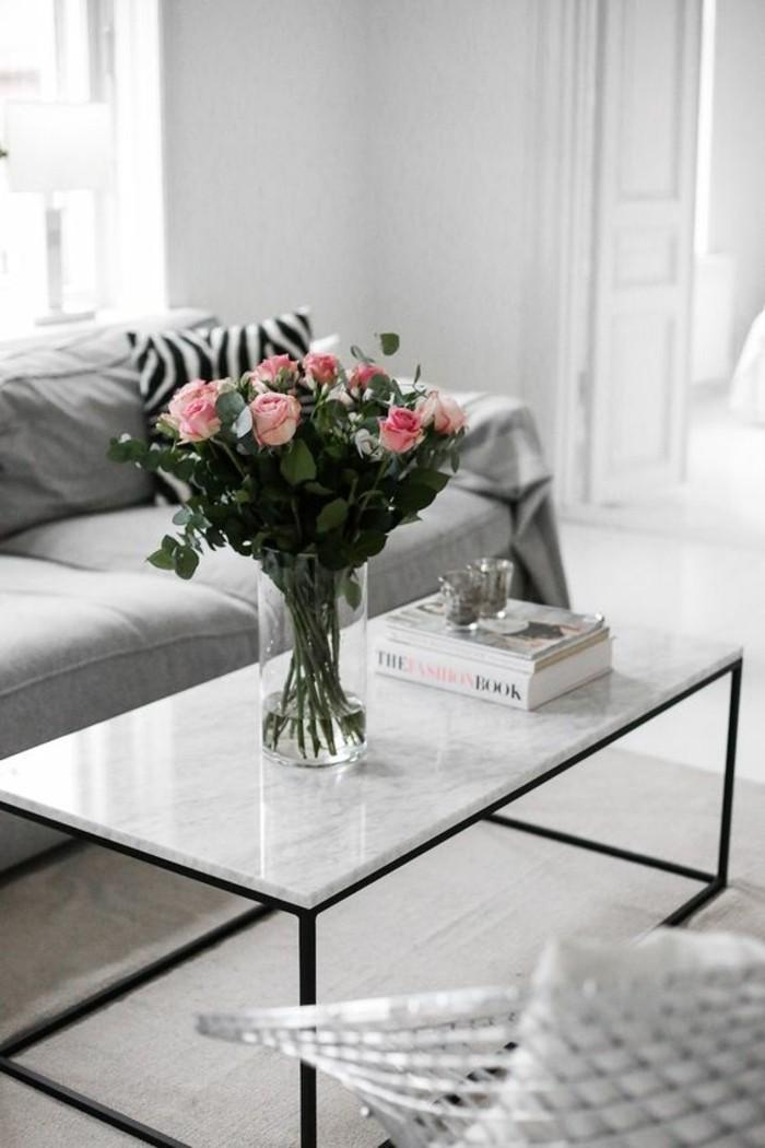 table-de-salon-rectangulaire-contraste-plateau-marbre-pieds-metalliques