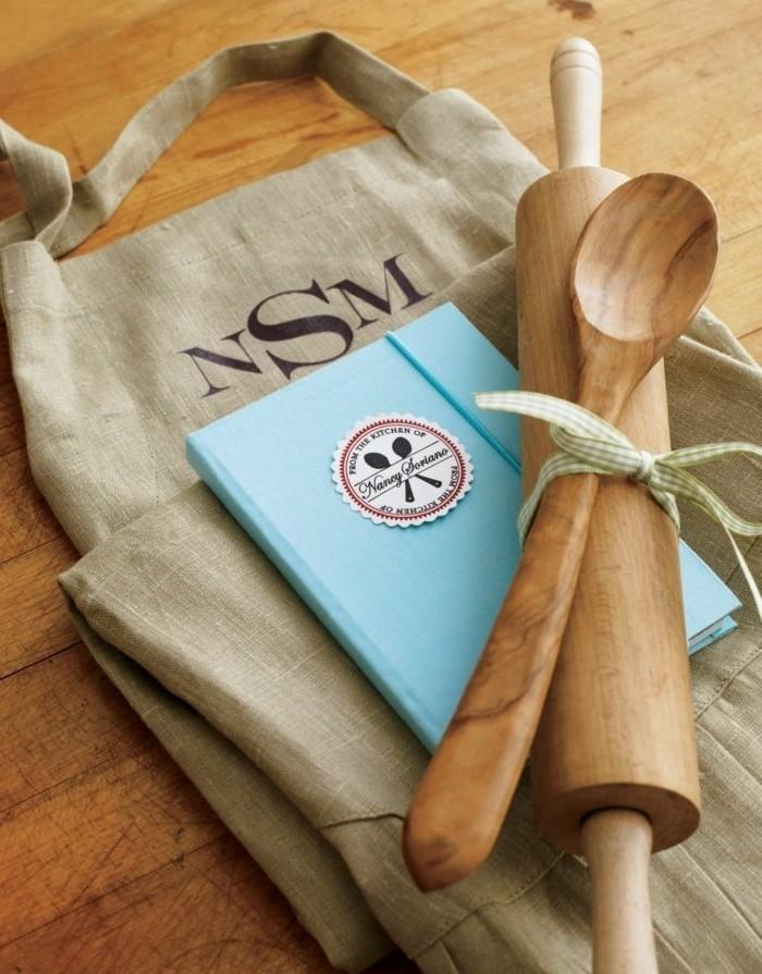 tablier-carnet-de-recettes-personnalise-et-ustensiles-de-cuisine-magnifique-suggestion-geniale-cadeau-de-noel-a-fabriquer