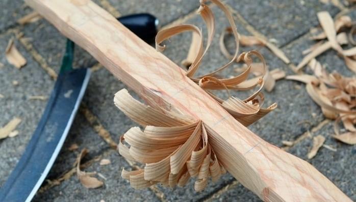taillage-du-bois-en-forme-d-arc-premier-etape-du-tutoriel-comment-fabriquer-un-arc