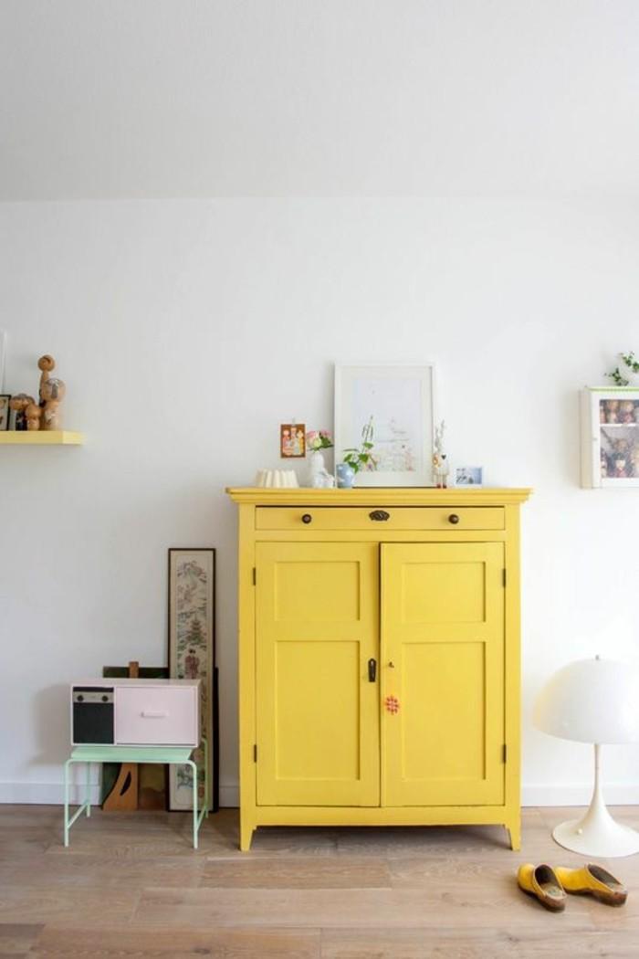 tendance-meuble-placard-peint-couleur-moutarde-interieur-salon