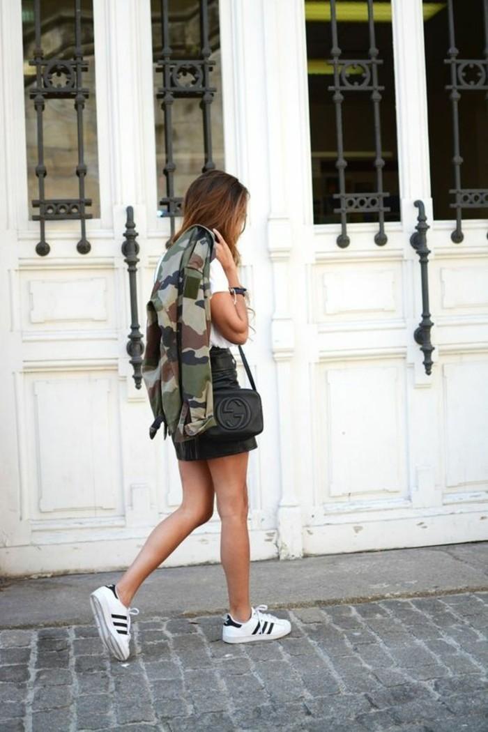 tendance-veste-style-militaire-camo-baskets-blanches