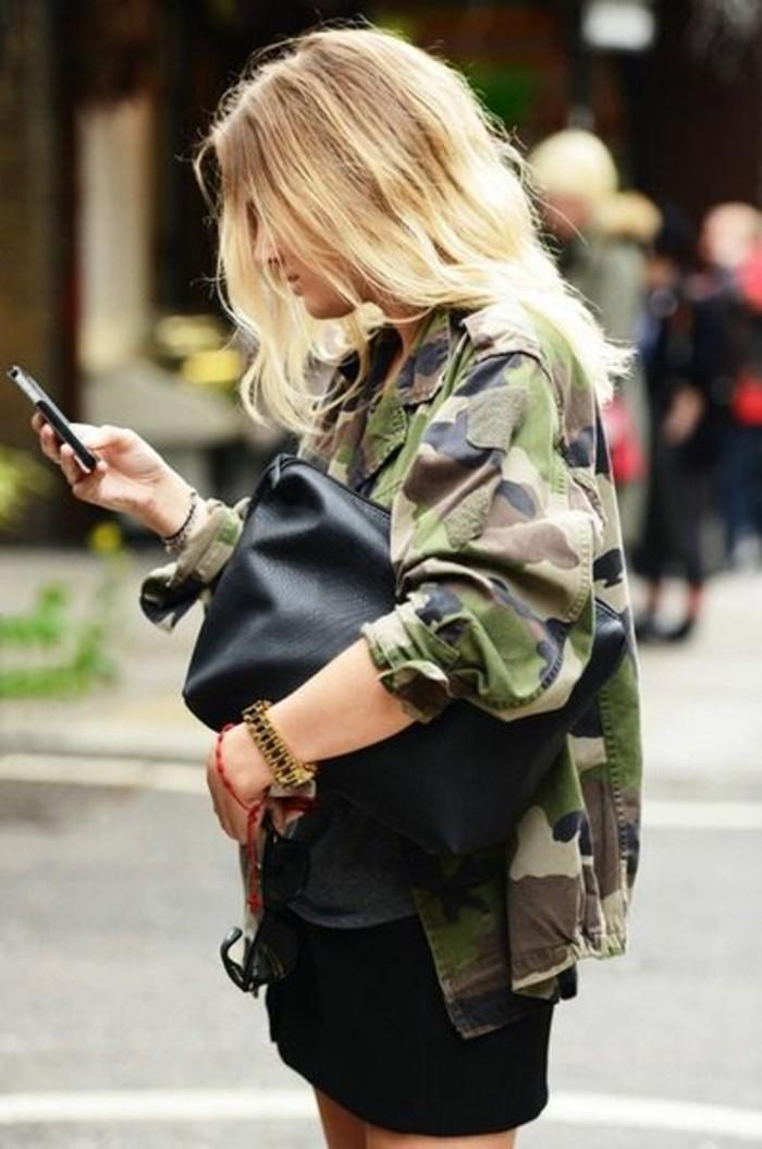 tendance-veste-style-militaire-camo-jupe-courte-noire-sac-pochette-en-cuir