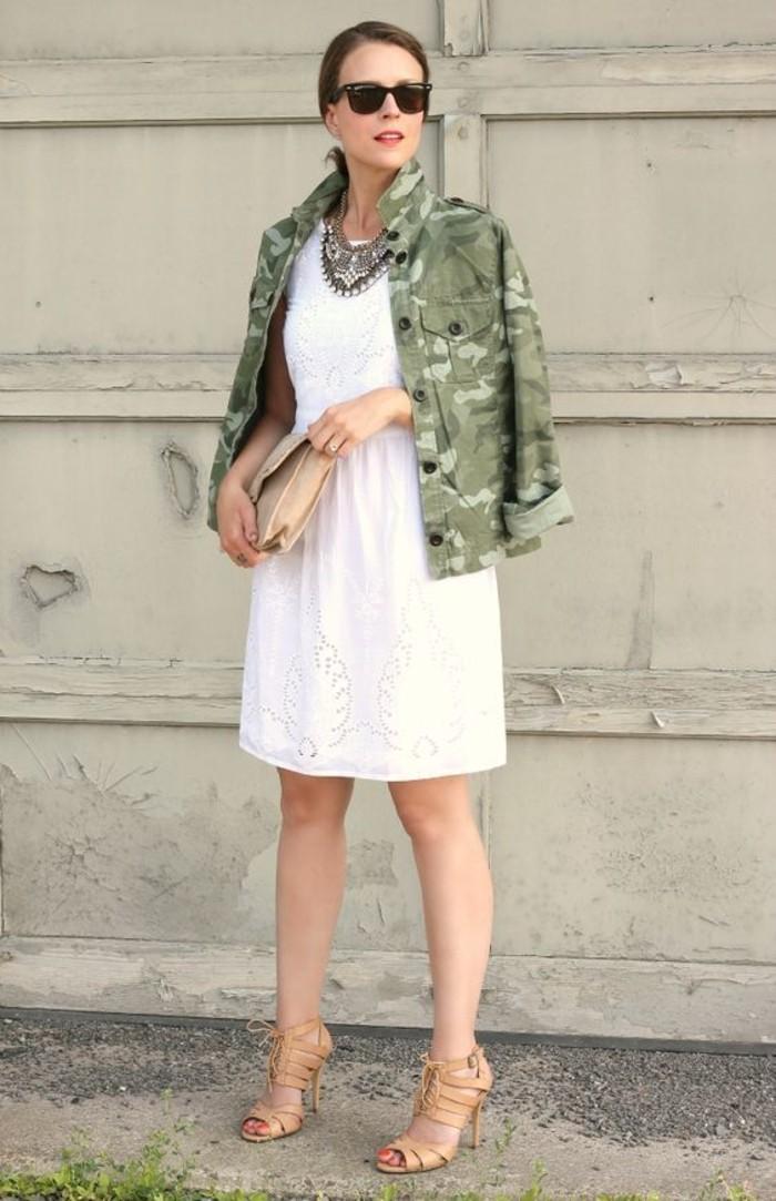 tenue-elegante-robe-blanche-veste-style-militaire-camouflage