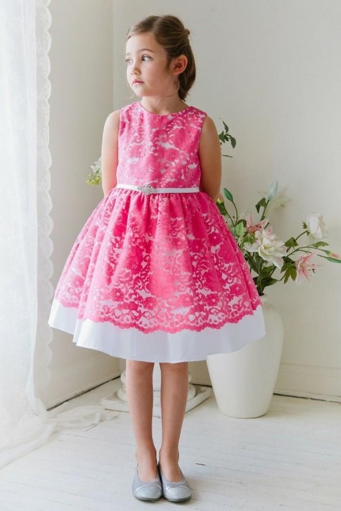 tenue-de-mariage-enfant-beau-cortege-avec-partie-en-dentelle-couleur-fushia-sur-la-robe-blanche-resized