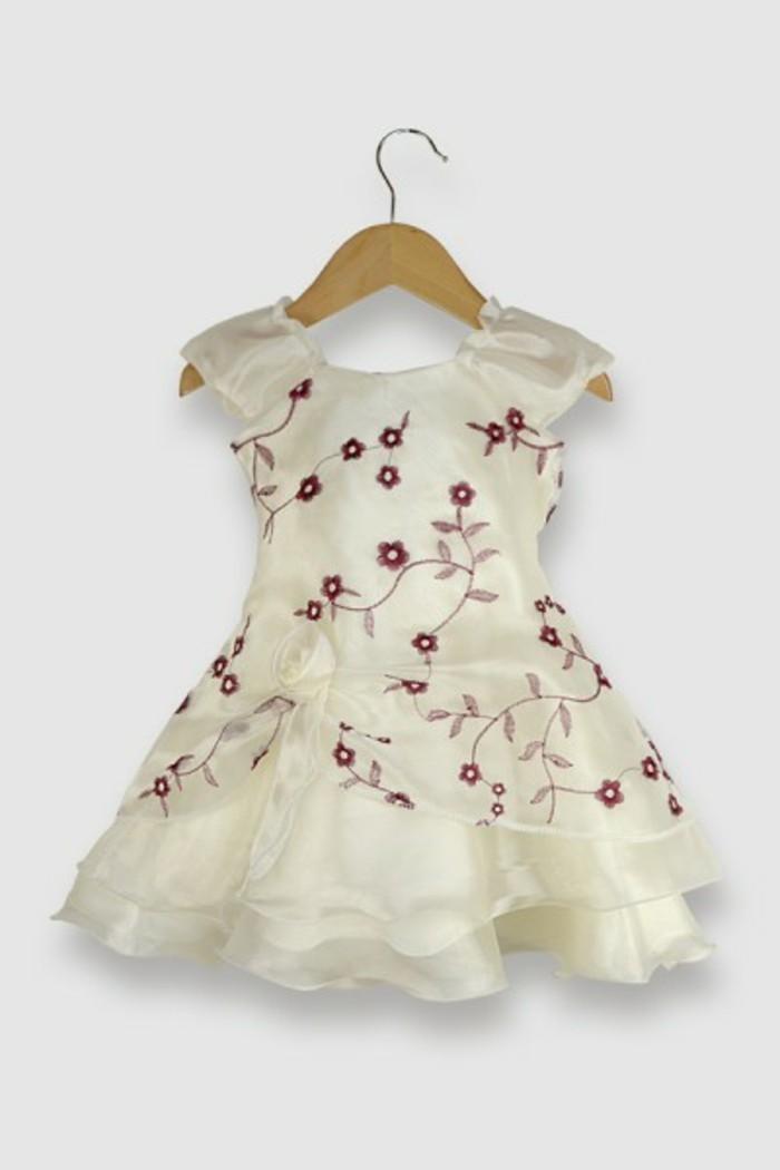 tenue-de-mariage-enfant-mariage-pronoce-robe-en-blanc-avec-des-fleurs-roses-resized