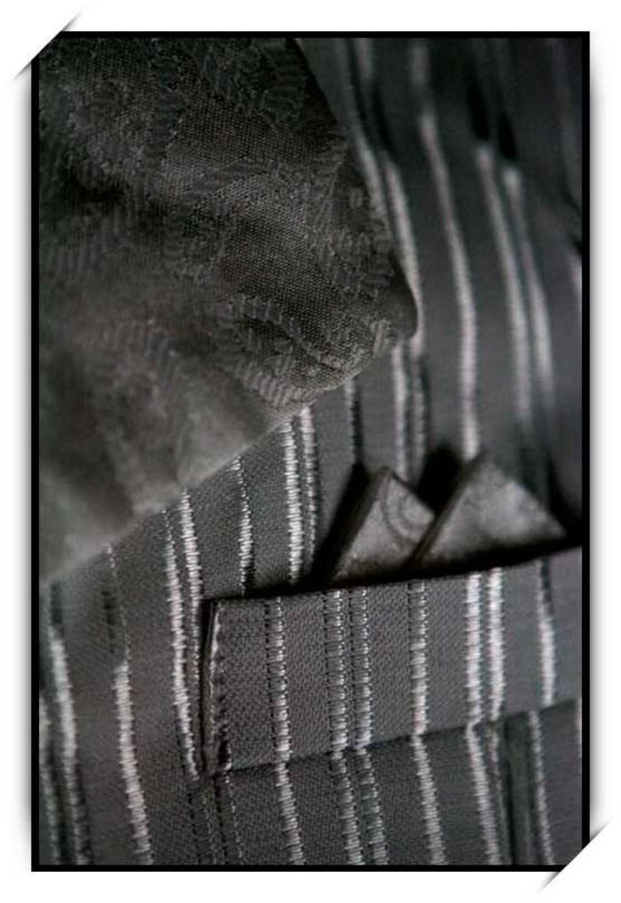 tenue-mariage-enfant-cadoshop-details-tres-soignes-sur-un-costume-garcon-en-noir-resized