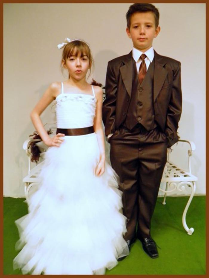 tenue-mariage-enfant-les-maries-d-aphrodite-costume-garcon-en-marron-assorti-a-la-ceinture-robe-fille-resized