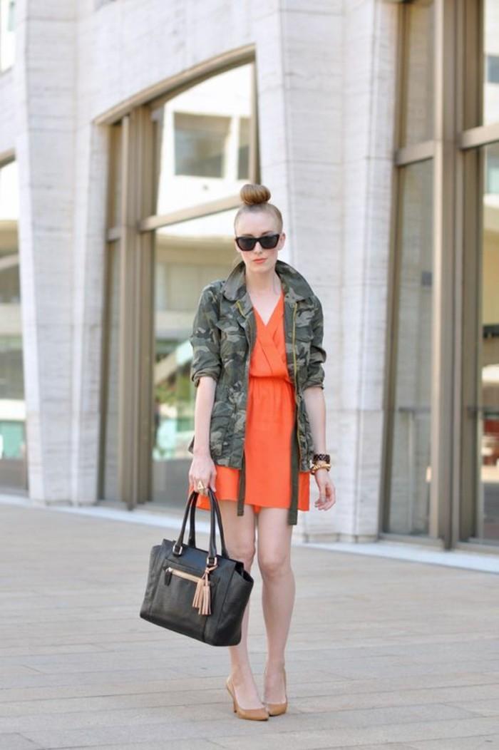 tenue-moderne-veste-camouflage-femme-robe-corale