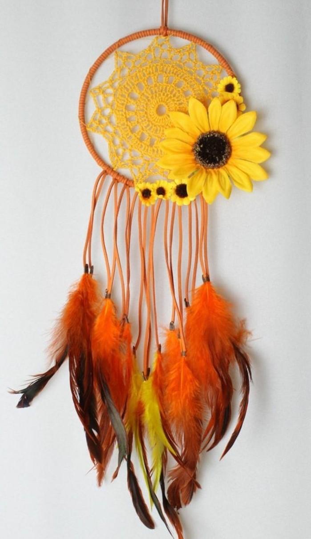 toile-d-attrape-reve-en-forme-de-soleil-decoration-composee-de-jolies-tourne-sols-et-plumes-en-orange-jaune-et-marron