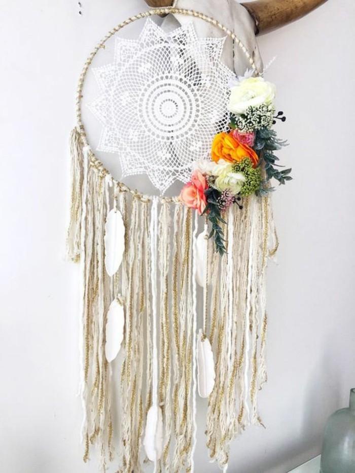 toile-en-dentelle-blanche-deco-fleurs-et-franges-blancs-fabriquer-un-attrape-reve